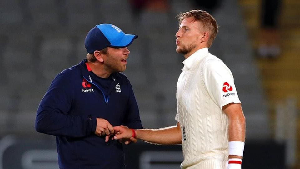 New Zealand snapped up three wickets Sunday, including that of Joe Root with the last ball of the day, to pin down an England side battling to salvage a draw from the first Test.
