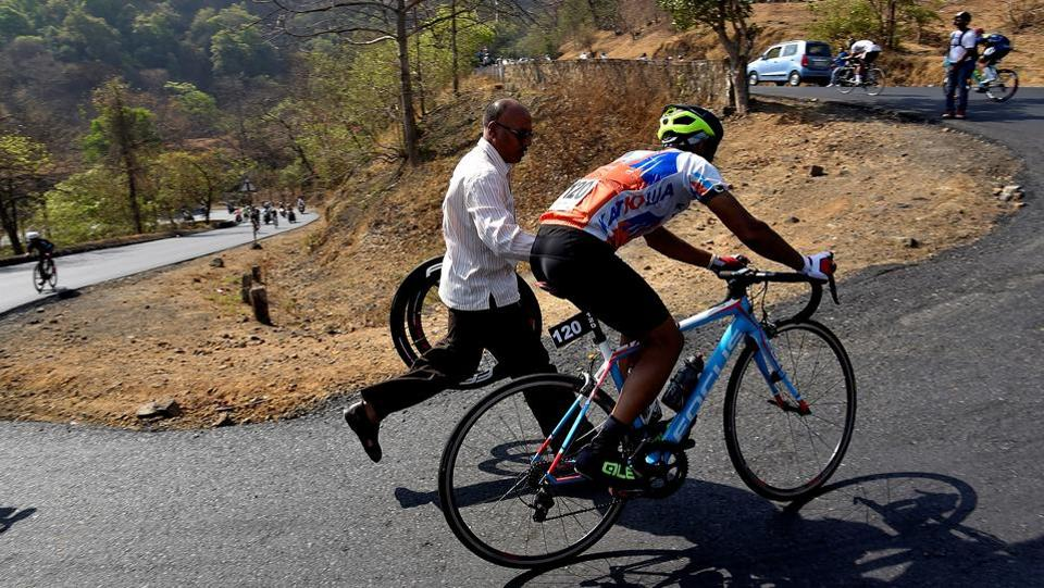 Supporters cheer cyclists going uphill at Bhor Ghats on the old Mumbai-Pune Highway, the most gruelling stretch of the race.  (Anshuman Poyrekar/HT Photo)