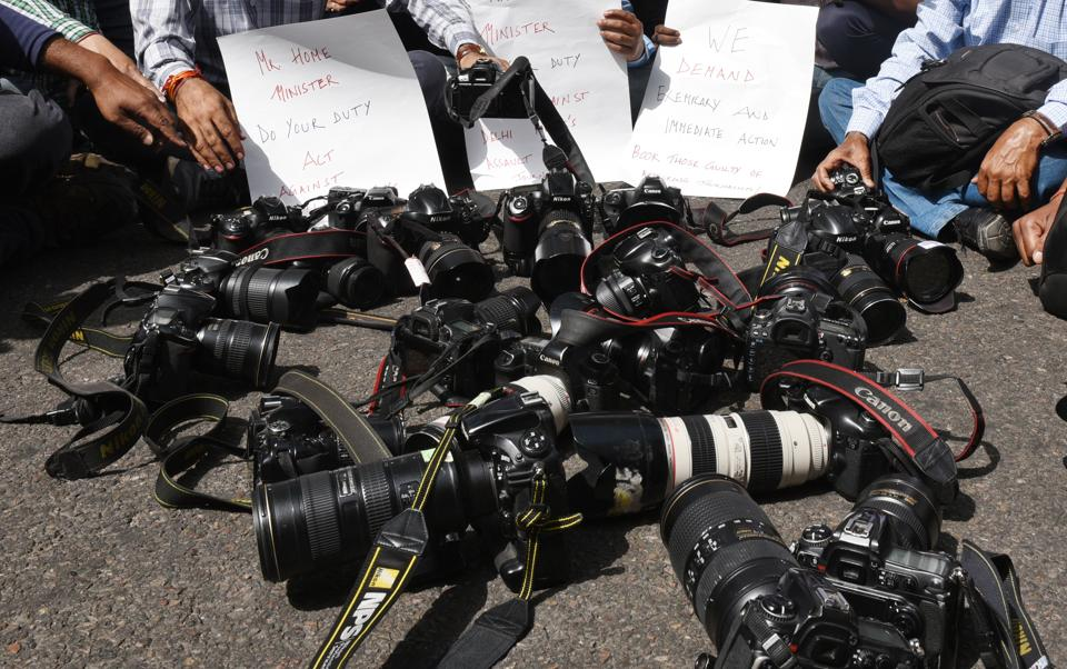 Continuing demonstrations against an assault on media persons during the 'Padyatra' organised by protesting students of the Jawaharlal Nehru University (JNU) on March 23, 2018 in New Delhi, journalists held a march against the Delhi Police from the Press Club of India towards Parliament House today. (Raj K Raj / HT Photo)