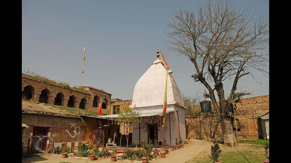 A view of the Mata Ambay temple inside the fort. A protected monument under the Archaeological Survey of India, the fort shares the hill with sites of religious significance: A Parvati temple on the western slope and the Khwaja Makhdoom Sahib and Akhund Mullah Shah shrines on the hill's southern slope. (Waseem Andrabi / HT Photo)