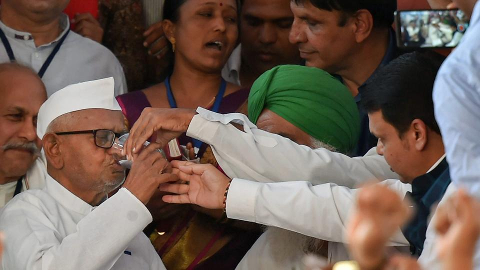 Lokpal: Anna Hazare ends indefinite fast