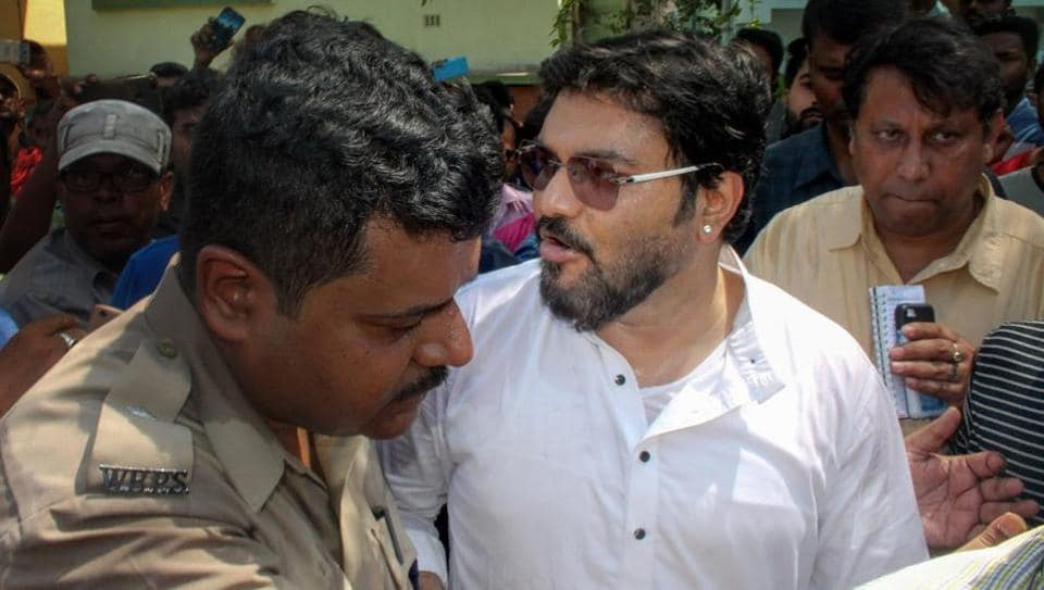Union minister Babul Supriyo being stopped by police from entering Asansol in West Burdwan district of West Bengal on Thursday.