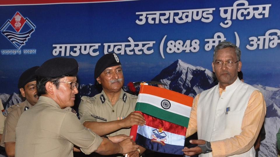 Chief minister Trivendra Singh Rawat hands over expedition flag to team leader and IGP Sajay Gunjiyal (extreme left) in Dehradun on Thursday.