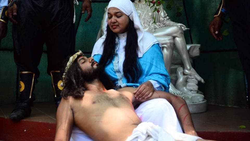 The faithful at Don Bosco church in Yerawada enact the part where Jesus dies on the cross and his body is taken down and placed on the lap of his Mother Mary. (SHANKAR NARAYAN/HT PHOTO)