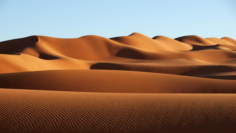 The Sahara is the world's largest warm-weather desert and like all deserts, the boundaries of the Sahara fluctuate with the seasons, expanding in the dry winter and contracting during the wetter summer.
