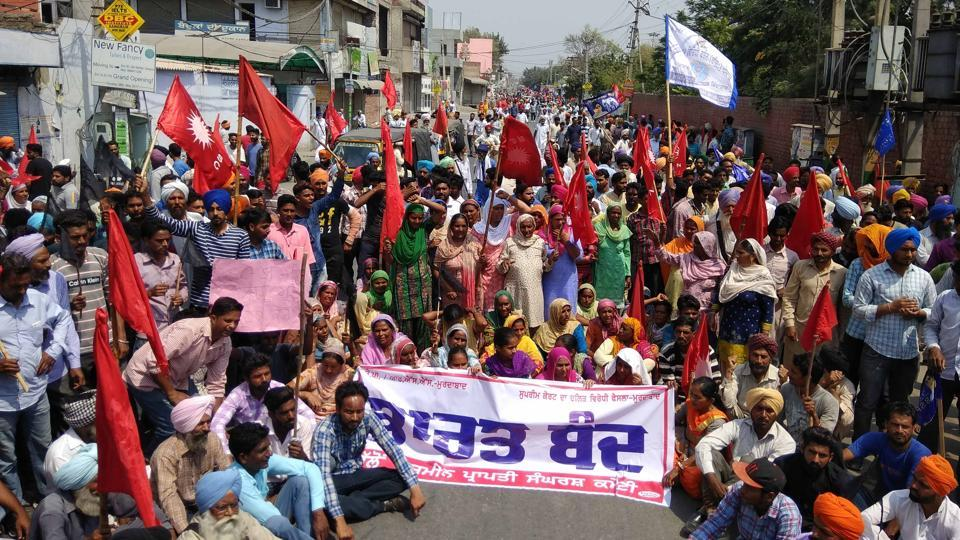 Dalit organisations protesting  against dilution of provisions of the Scheduled Castes/Scheduled Tribes (Prevention of Atrocities) Act in Sangrur on Monday. (HT Photo)