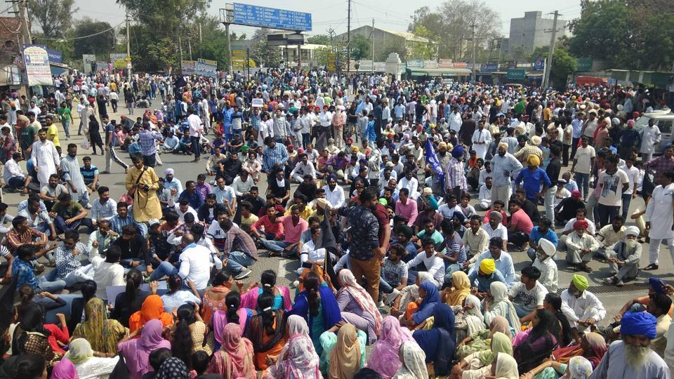 Dalit organisations protesting  against dilution of provisions of the Scheduled Castes/Scheduled Tribes (Prevention of Atrocities) Act in Sangrur on Monday (HT Photo)
