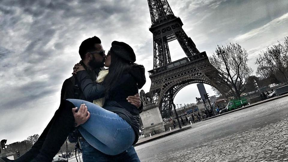 Vatsal Sheth and Ishita Dutta in front of the Eiffel Tower.