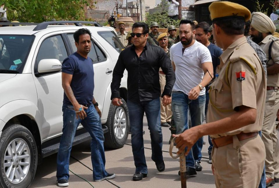 Salman Khan (2nd L) arrives at a court in Jodhpur in the western state of Rajasthan. (Reuters)