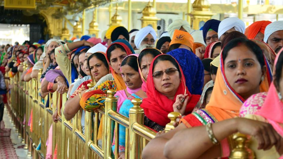 People line up to pay respects on the 397th anniversary of the birth of the ninth Sikh guru Teg Bahadur at the Golden Temple. (Sameer Sehgal/HT)