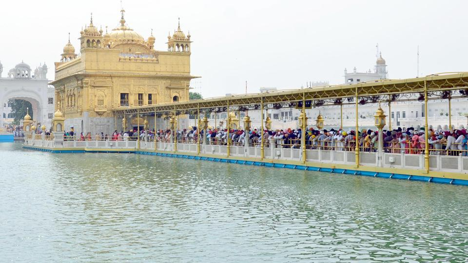 Devotees at the Golden Temple in Amritsar. (Sameer Sehgal/HT)