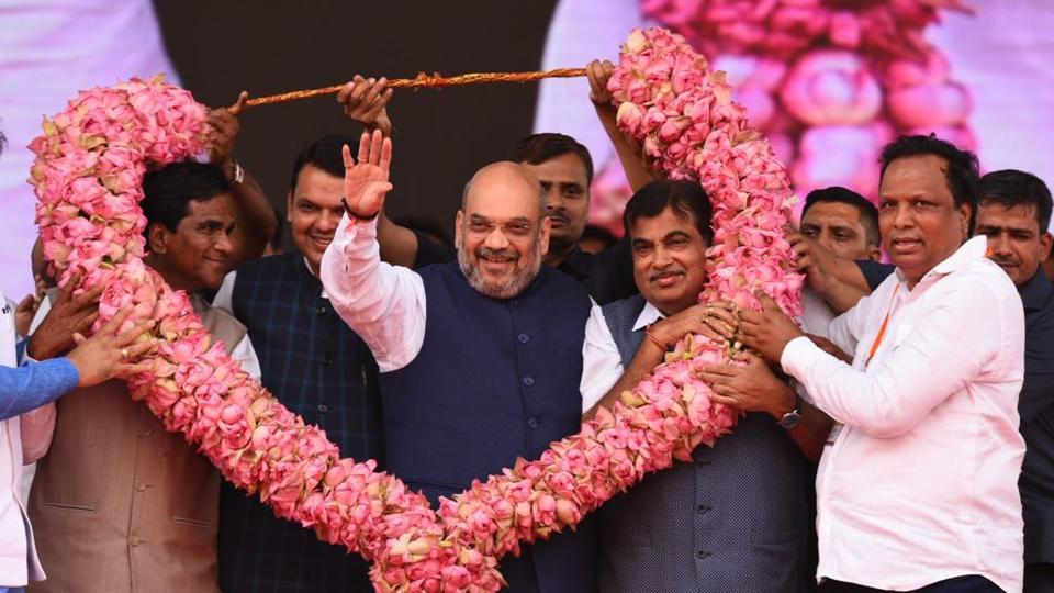 BJP leaders (L-R) Raosaheb Danve, Devendra Fadnavis, Amit Shah,and Nitin Gadkari are welcomed with a garland. (Satish Bate/ht photo)