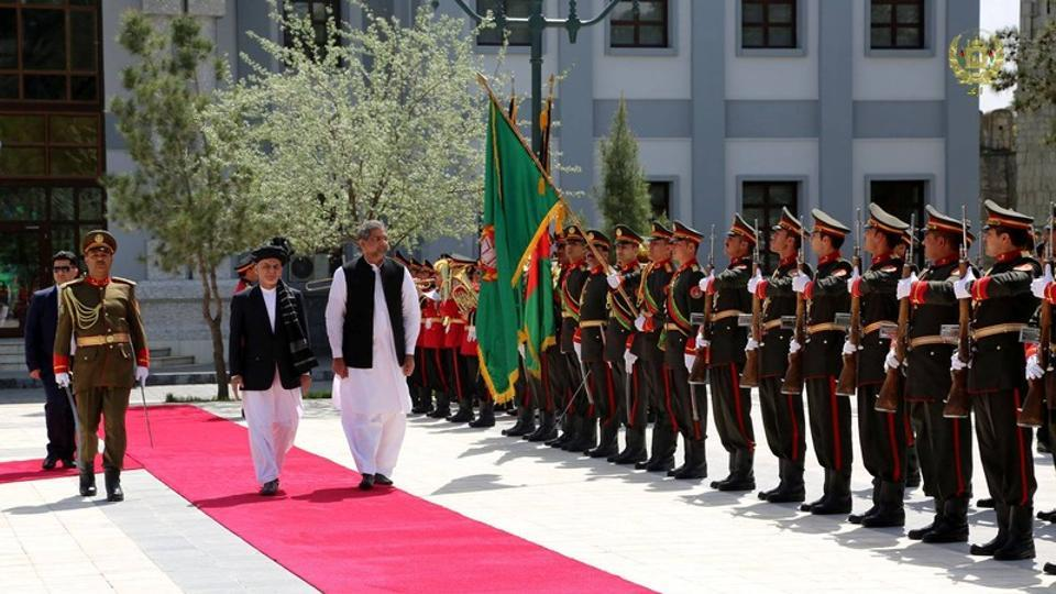 Afghanistan President Ashraf Ghani and Pakistani Prime Minister Shahid Khaqan Abbasi inspect the guard of honour at the presidential palace in Kabul on April 6, 2018.