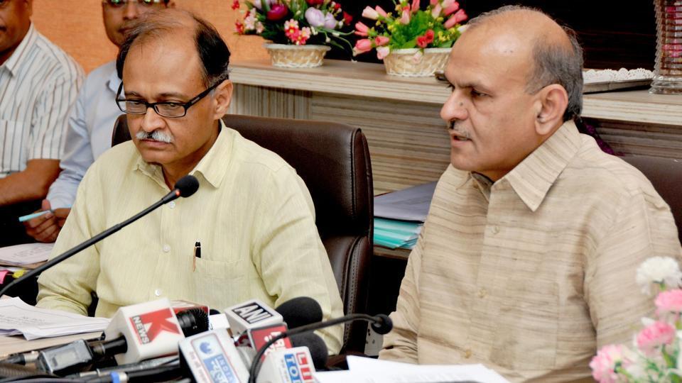 Uttarakhand chief secretary Utpal Kumar Singh (L) and his UP counterpart Rajiv Kumar in the state capital on Saturday.