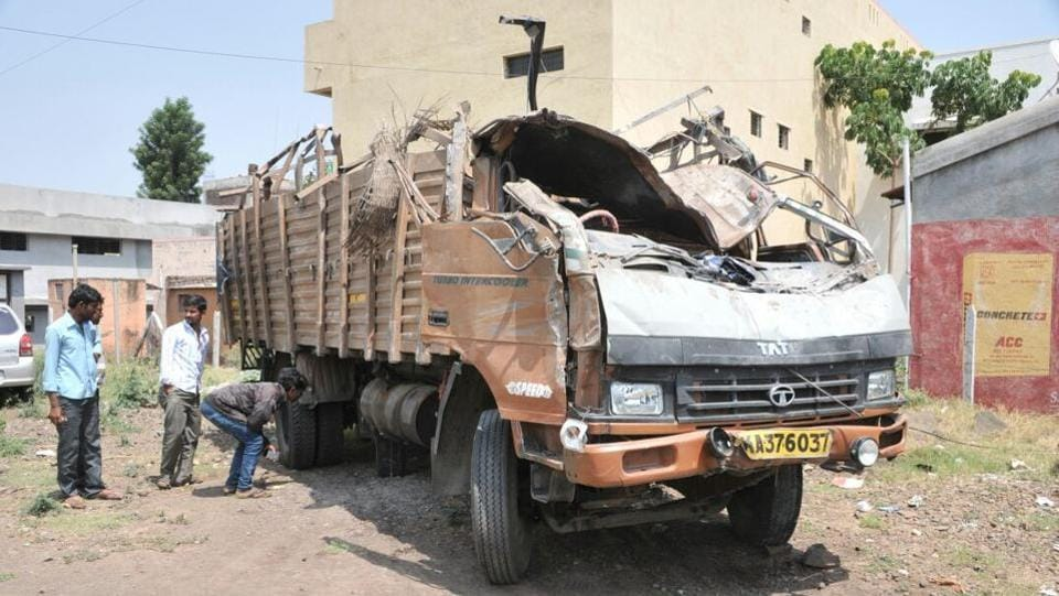 At least 18 people were killed and 14 others injured after a truck packed with labourers and heavy equipment hit a barricade and overturned on the Pune-Satara highway in Maharashtra early Tuesday morning. (HT Photo)