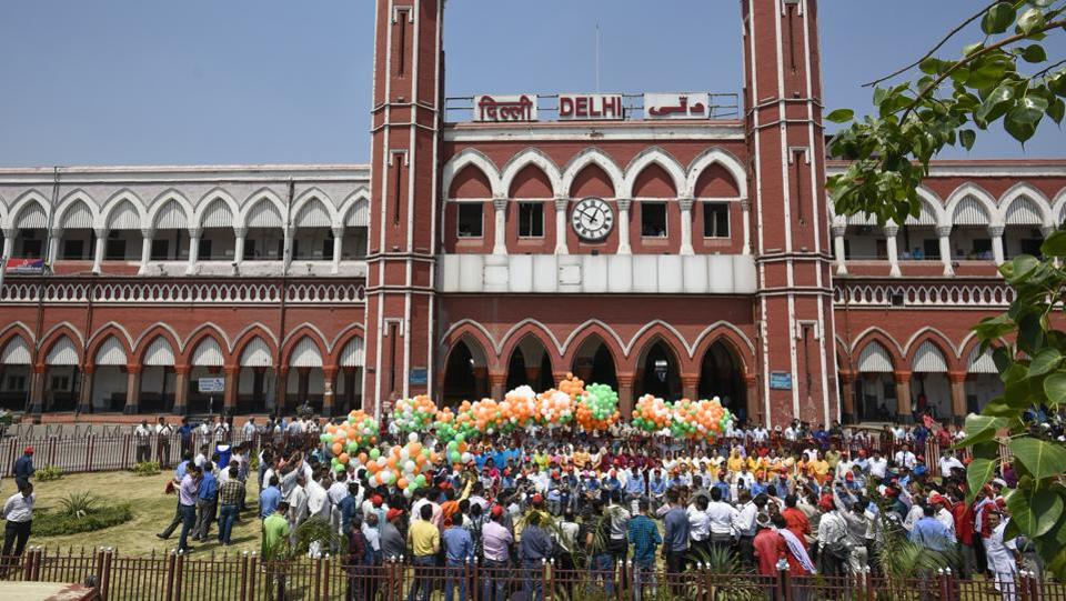 After the joyride the students of Navchetna School gathered with railway officials and dignitaries for a group photograph and released balloons with the Delhi Junction Railway Station as their backdrop. (Burhaan Kinu / HT Photo)
