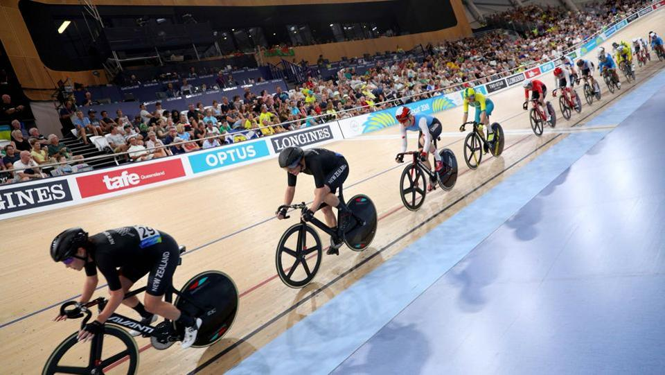 Athletes compete during the women's track cycling 10km scratch race finals at the Anna Meares Velodrome on April 8, 2018. (Athit Perawongmetha / REUTERS)