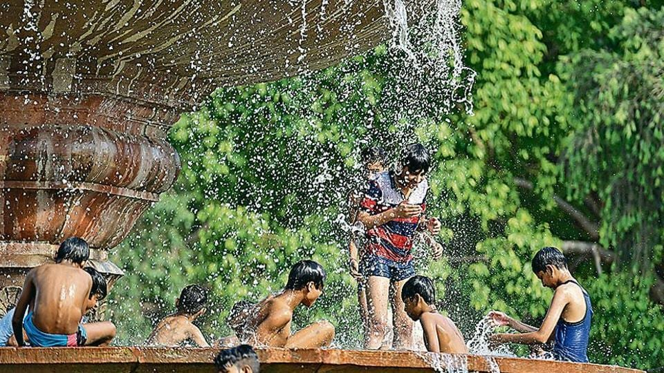 The maximum temperature on Sunday was 38.6°C, which may rise to 40°C on Monday.