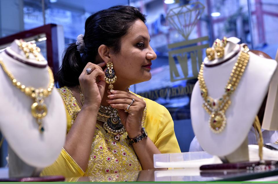People throng jewellery shops on Akshaya Tritiya
