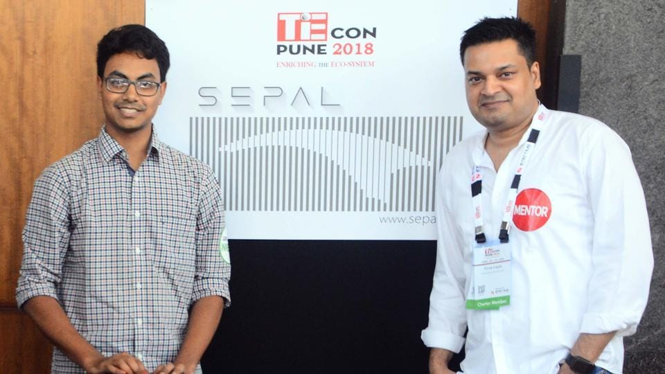 Vidhey Addepally (left) with his mentor Vivek Gupta at theTiECon Annual Entrepreneurship Awards function, Pune (SHANKAR NARAYAN/HT PHOTO)