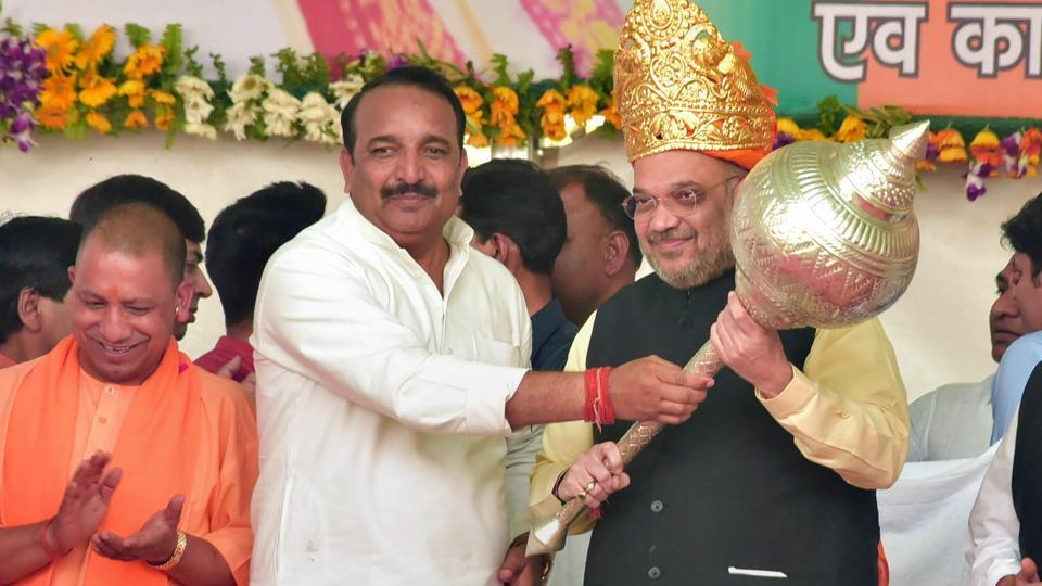 Congress MLC Dinesh Pratap Singh presents a memento to BJP president Amit Shah in the presence of Uttar Pradesh chief minister Yogi Adityanath at a rally in Rae Bareli on Saturday.