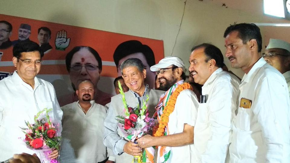 Former CM Harish Rawat and other Congress leaders welcome Anugrah Narayan Singh in Haldwani .