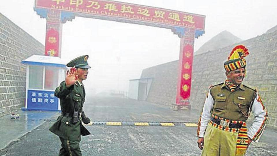 A Chinese soldier (L) next to an Indian soldier at the Nathu La border crossing between India and China in Sikkim.