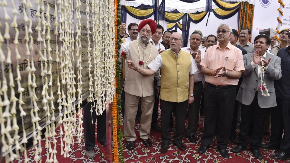 Anil Baijal, Lieutenant Governor of Delhi along with Hardeep Singh Puri, Urban Development Minister during the stone-laying ceremony of Kathputli colony at Shadipur, on April 24, 2018. Puri said at the event that the project, in progress since 2009, will give homes over to the residents by the beginning of next year. (Sanchit Khanna / HT Photo)
