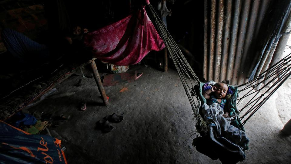 An infant sleeps in a hammock at a makeshift shelter in Kolkata, West Bengal on April 23, 2018. (Rupak De Chowdhuri / REUTERS)