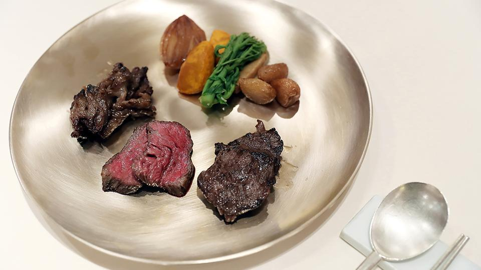 South Korean chefs at the banquet will also serve grilled beef from cattle at a ranch in the central town of Seosan. The ranch became famous in 1998 when Hyundai founder Chung Ju-yung sent 1,001 cattle from the ranch across the border to the North in an effort to aid reconciliation between the rivals. (The Blue House / AFP)