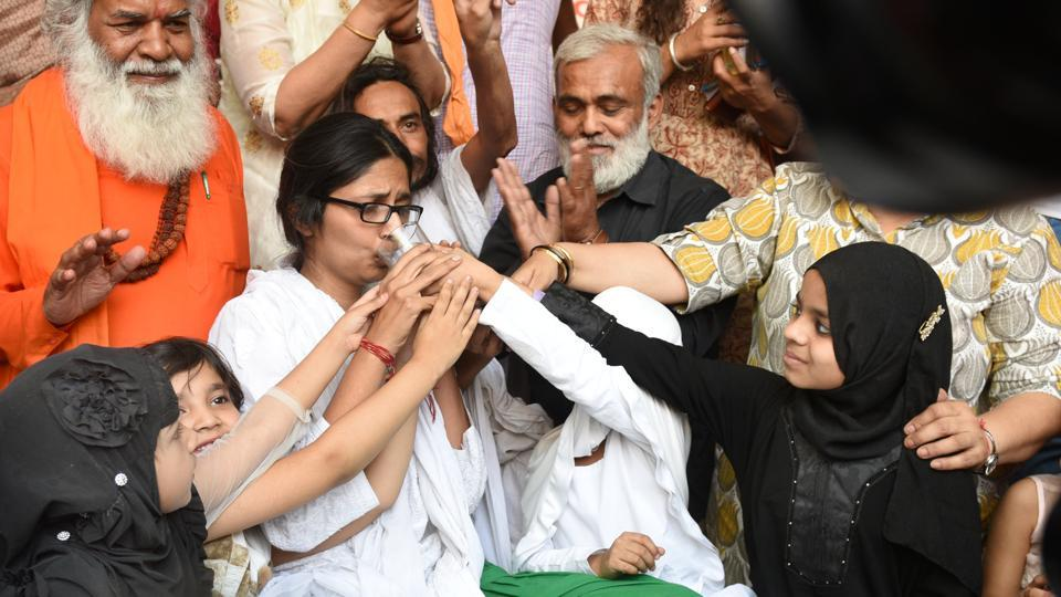 Girls offer juice to Swati Maliwal, chairperson of Delhi Commission for Women, as she ends her hunger strike demanding stricter laws for rape in India at Samta Sthal in New Delhi on April 22, 2018. (Arvind Yadav / HT Photo)