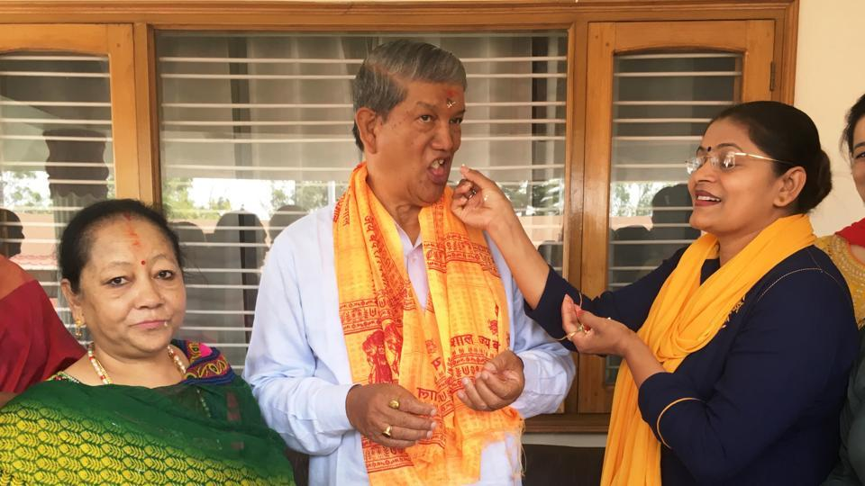 Congress leader Asha Manorma Sharma (R) offers cake to former chief minister Harish Rawat on his birthday on Friday while his wife Renuka Rawat looks on.