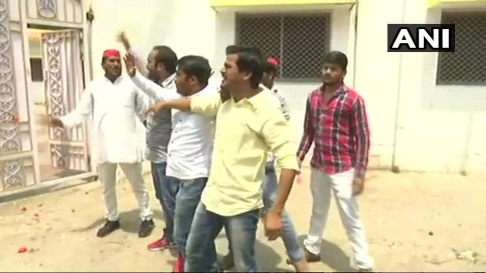 Uttar Pradesh,Eggs hurled,Tomatoes hurled