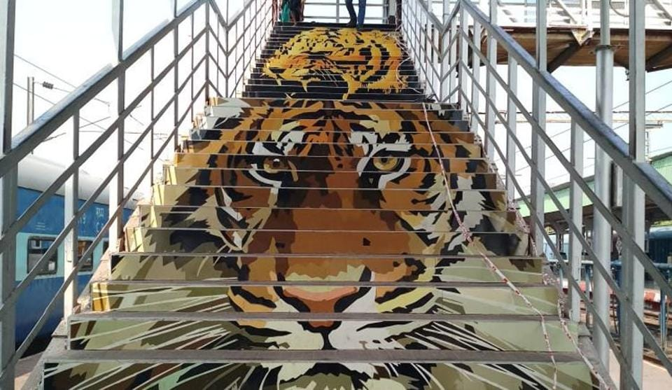 The Nagpur Division of Central Railway has beautified the two stations with paintings, sculptures and murals based on wildlife at the Tadoda National Park and local tribal art.