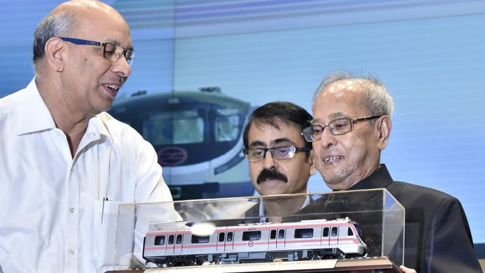 Mangu Singh, managing director of Delhi Metro presents a metro rail model to former President of India, Pranab Mukherjee during Delhi Metro's 24th Foundation Day celebrations at Metro Bhawan in New Delhi. (Sonu Mehta / HT Photo)