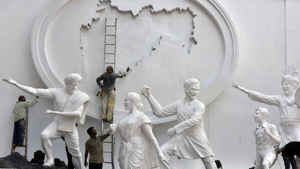 Workers paint statues at the Samyukta Maharashtra Smruti Dalan on the eve of Maharashtra Day in Mumbai on April 30, 2018. (Kunal Patil / HT Photo)