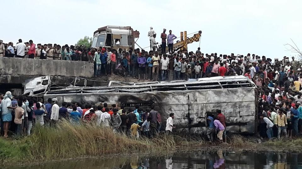 Five people were feared killed in Bihar's Motihari district near Chetwa village on May 02, 2018 as a Delhi-bound bus they were travelling in caught fire after it fell into a ditch along a highway. (HT Photo)