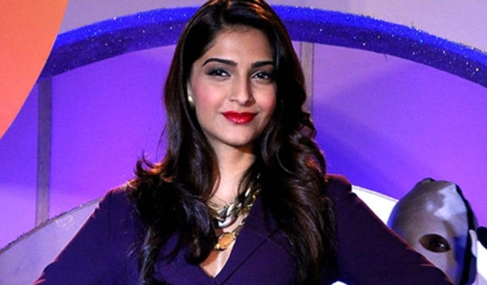 Sonam dances, shares lovely moment with Anand at Mehendi, parents enjoy too