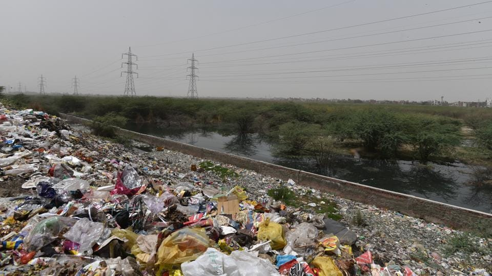 Municipal Authorities claimed to start raising demand for additional sites for processing solid waste in late 1990s. But experts said the civic agencies had never concentrated on the model of treating waste at the community level, instead choosing to burn it at waste to energy plants. Local residents, both in Ghonda Gujran and Sonia Vihar, have warned of protests if the EDMC goes ahead the plan. (Anushree Fadnavis / HT Photo)