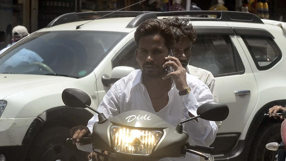In a fortnight, traffic police have caught 5,075 people using mobile phones while driving.