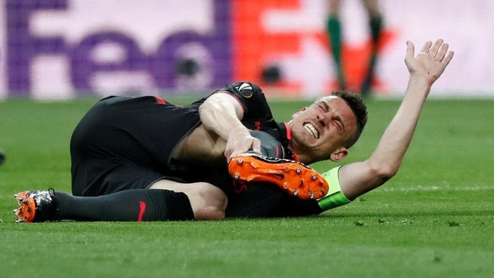 Arsenal's Laurent Koscielny reacts after sustaining an injury vs Atletico Madrid in the second leg of the UEFAEuropa League semi-final at the Wanda Metropolitano on May 3, 2018.