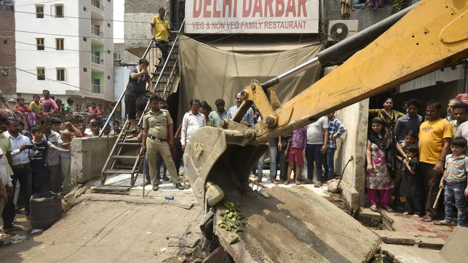South Delhi Municipal Corporation (SDMC) officials demolish encroachments during an anti- encroachment drive at  Govindpuri Kalkaji Extension in New Delhi on Wednesday. (Burhaan Kinu / HT Photo)