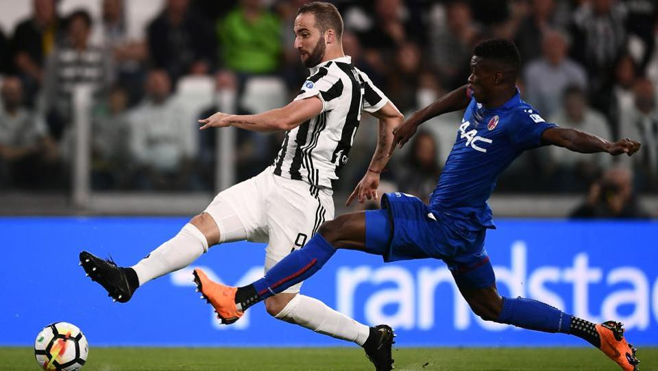 Juventus' Argentinian forward Gonzalo Higuain (L) fights for the ball with Bologna's Malian midfielder Cheick Keita during the Italian Serie A football match between Juventus and Bologna at the Allianz Stadium in Turin, Italy. (Marco Bertorello / AFP)