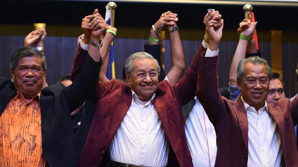 Former Malaysian prime minister and opposition candidate Mahathir Mohamad (C) celebrates with other leaders of his coalition during a press conference following the 14th general elections in Kuala Lumpur. (Manan Vatsyayana / AFP)