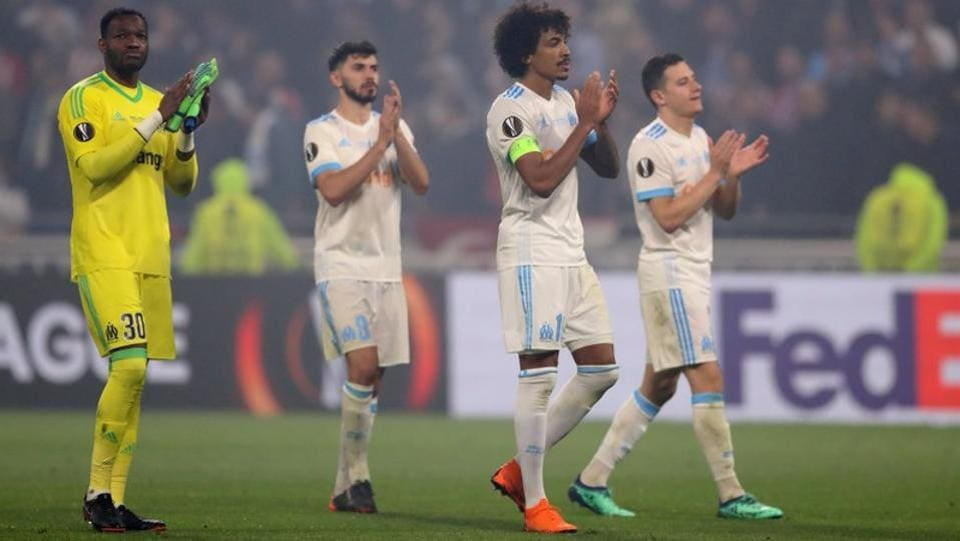 Marseille's Steve Mandanda (L) and Luiz Gustavo (2R) applaud their fans after the match.  (REUTERS)