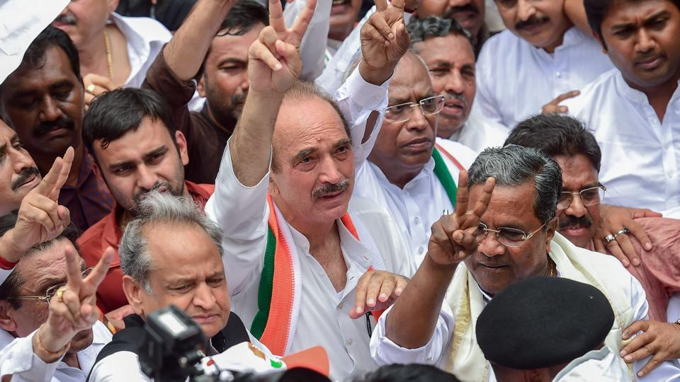 Congress senior leaders Gulam Nabi Azad, Mallikarjun Kharge, Ashok Gehlot, former chief minister Siddaramaiah with others show victory sign after the Supreme Court order of floor test for newly sworn-in chief minister BS Yeddyurappa, during a protest march in Bengaluru on Friday.