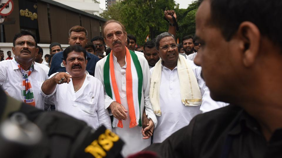 Senior Congress leader Ghulam Nabi Azad (C) and former chief minister of Karnataka, Siddaramaiah (R) march back to Karnataka Pradesh Congress Committee office after the 'Raj Bhawan Chalo' march in Bengaluru as part of the Congress called 'Save Democracy Day' across the country. (Arijit Sen / HT Photo)
