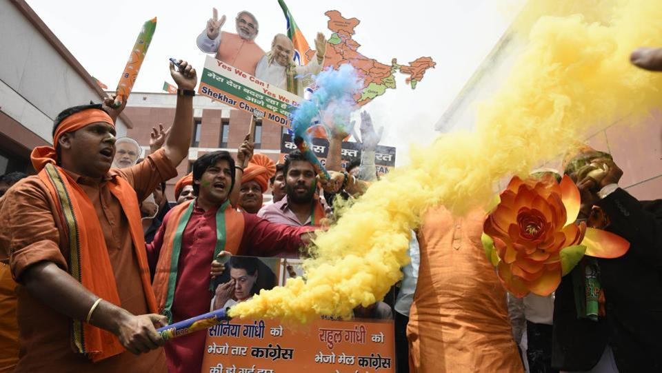 Bharatiya Janata Party (BJP) activists and workers celebrate party's lead in Karnataka elections outside BJP headquarters, in New Delhi, on May 15, 2018. (Burhaan Kinu / HT Photo)