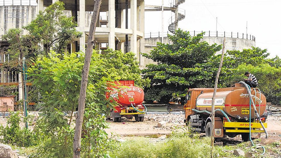 Illegal water tanker filling station at Vadgaonsheri.