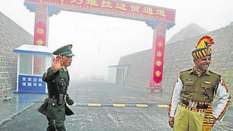 (FILES) This file photo taken on July 10, 2008 shows a Chinese soldier (L) next to an Indian soldier at the Nathu La border crossing between India and China in Sikkim.